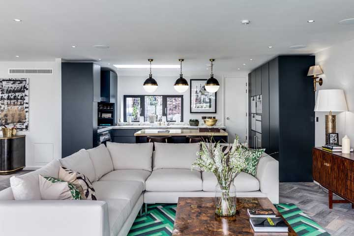Nessa sala de estar, o tapete geométrico em tons de verde rouba a cena