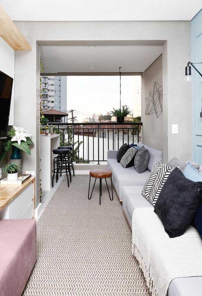 Tapete geométrico com estampa discreta de Chevron integrando a varanda com a sala de estar