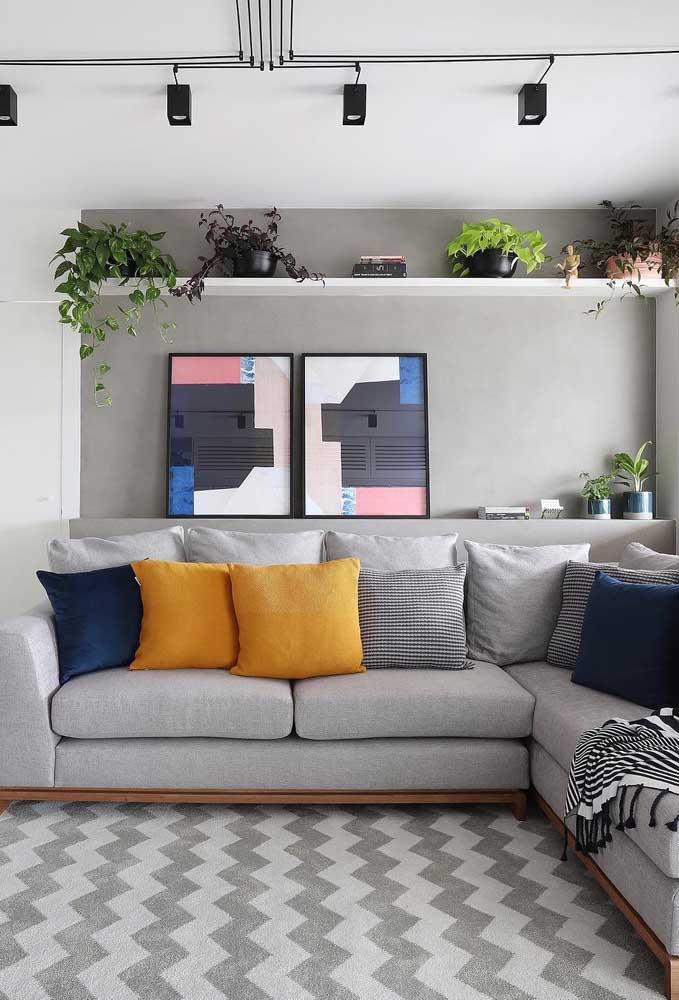 Aqui, o tapete Chevron na vertical aumenta a sensação de profundidade da sala de estar