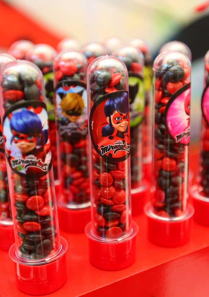Tubetes da Ladybug. Repare que os confeitos de chocolate seguem nas cores da personagem