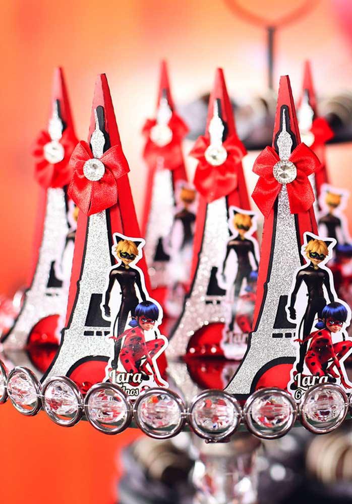 A sugestão de decoração aqui são totens com a Torre Eiffel e os personagens LadyBug e Adrien Agreste