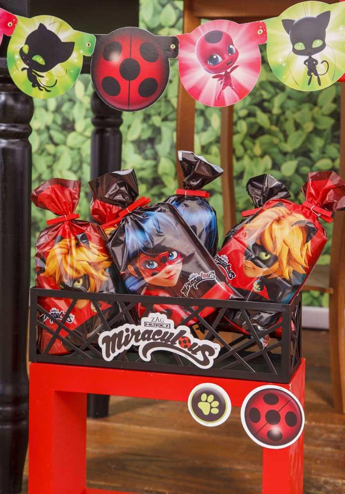 Um cantinho especial da festa Ladybug só para receber os presentes