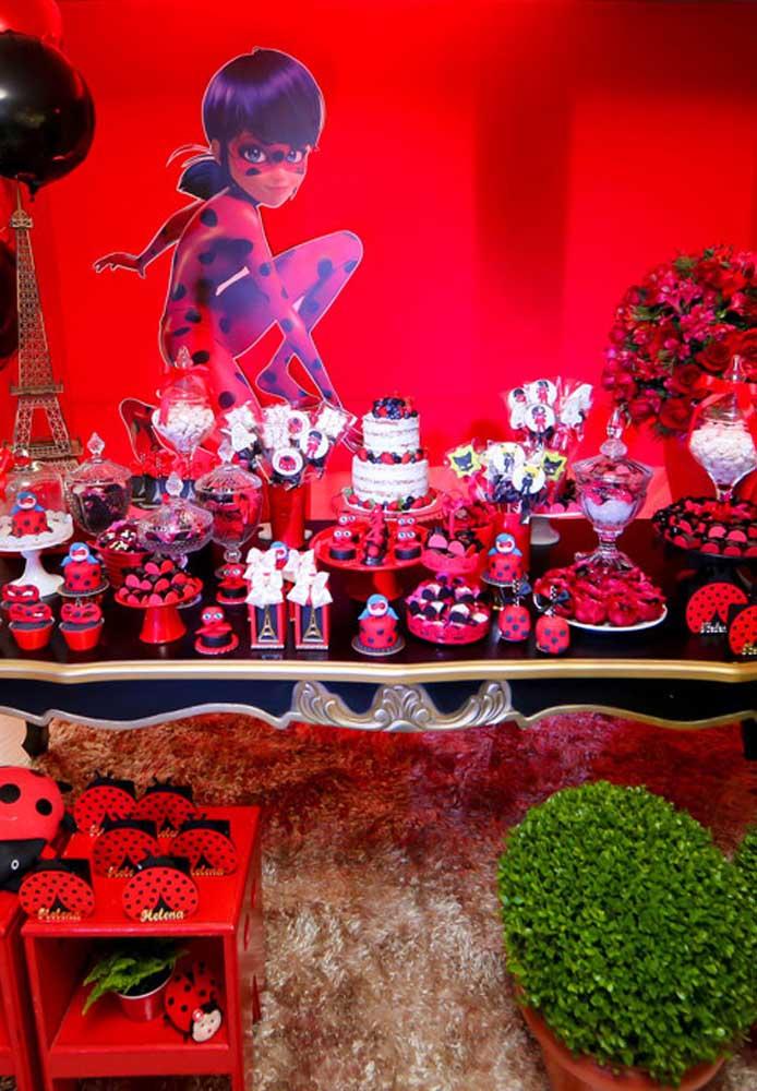 Mesa de doces decorada para festa Ladybug. O vermelho é a cor principal por aqui
