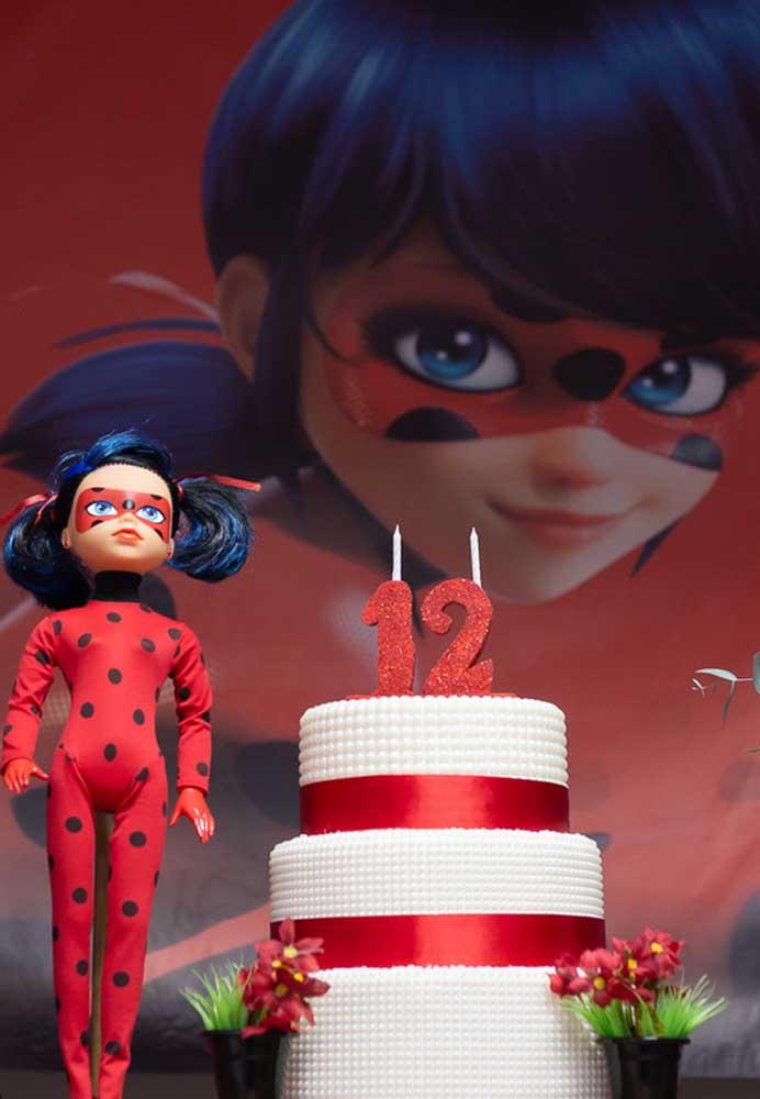 Um bolo de três andares com o tema Ladybug para comemorar com muito estilo o 12º aniversário