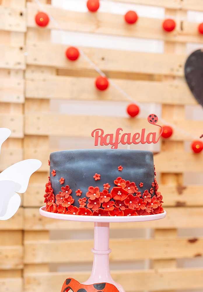 Bolo Ladybug simples decorado com pasta americana nas cores preta e vermelha