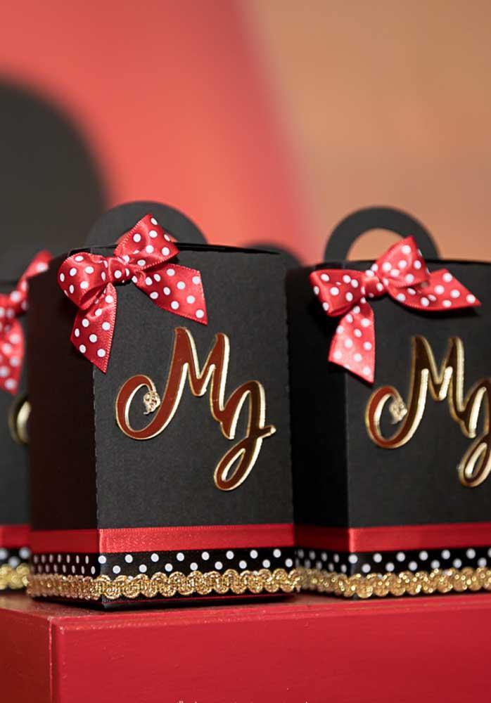 As iniciais da aniversariante marcam as sacolinhas surpresas da festa Ladybug
