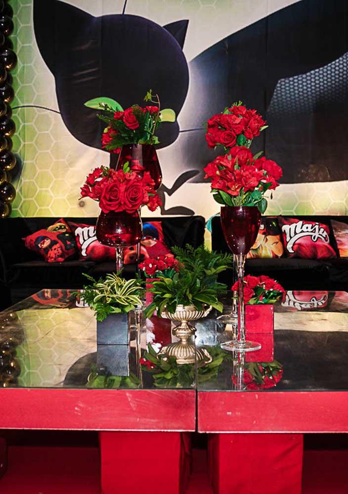 Rosas vermelhas para uma decoração Ladybug luxuosa e sofisticada