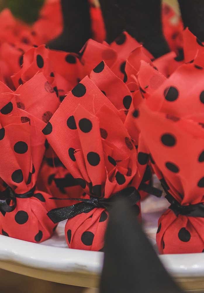 Que tal embrulhar os doces em pedacinhos de tecido com as cores e a estampa da personagem?