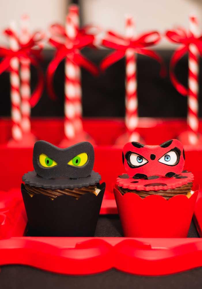 Que charme esses cupcakes decorados com as máscaras dos personagens Miraculous