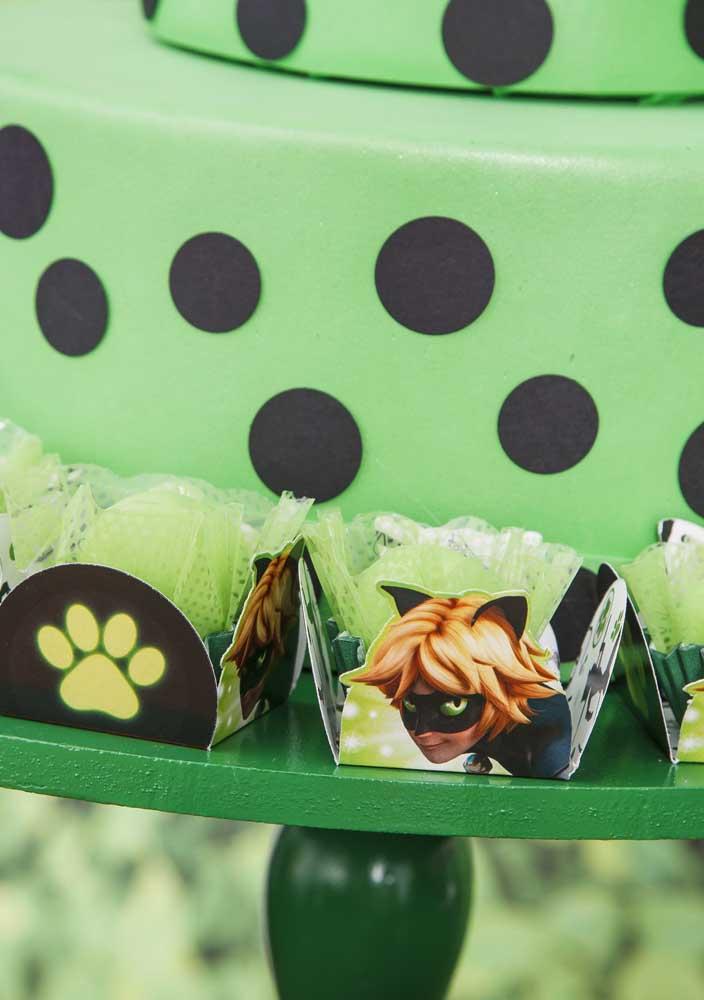 Brigadeiros verdes para combinar com o tema da festa Ladybug