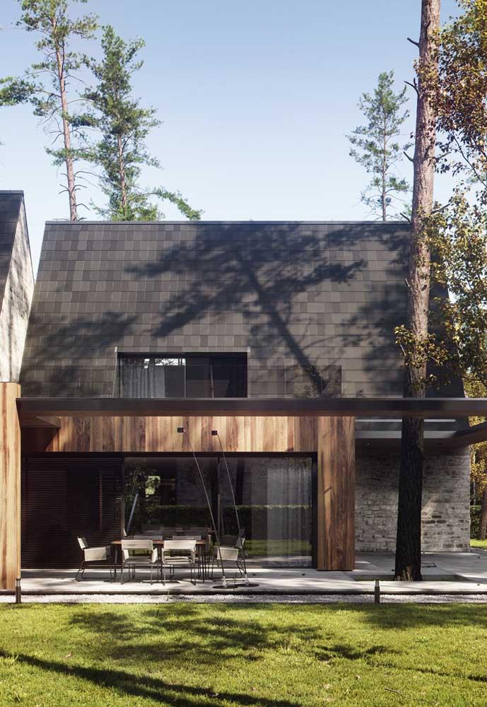 O contraste entre a telha ecológica e a madeira ficou lindo por aqui