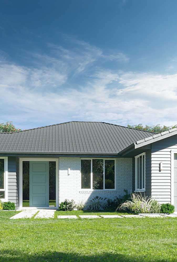 Casa simples valorizada pelo design das telhas ecológicas