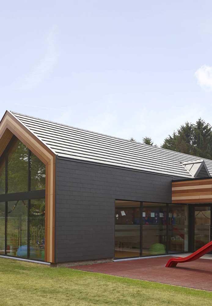 Telhado ecológico e paredes de vidro para uma casa sustentável