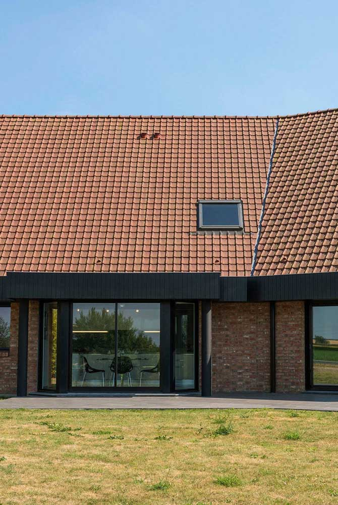 Parece telha de cerâmica, mas é telha ecológica