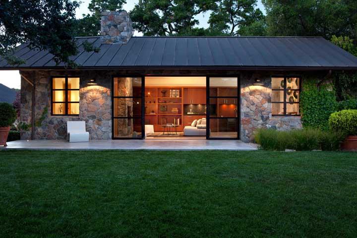 Essa casa de pedra ficou incrível com o telhado ecológico