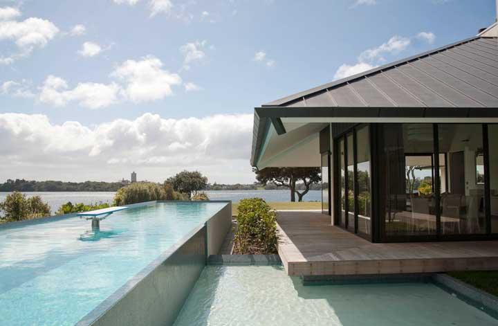Mas se preferir use as telhas ecológicas em uma casa na beira do lago