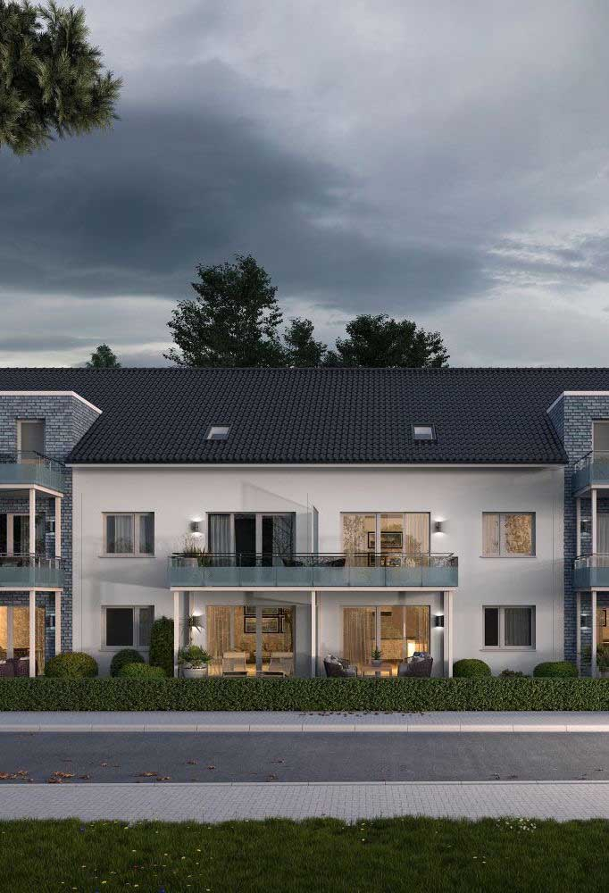 Casa clássica com telhas ecológicas pretas: um luxo!