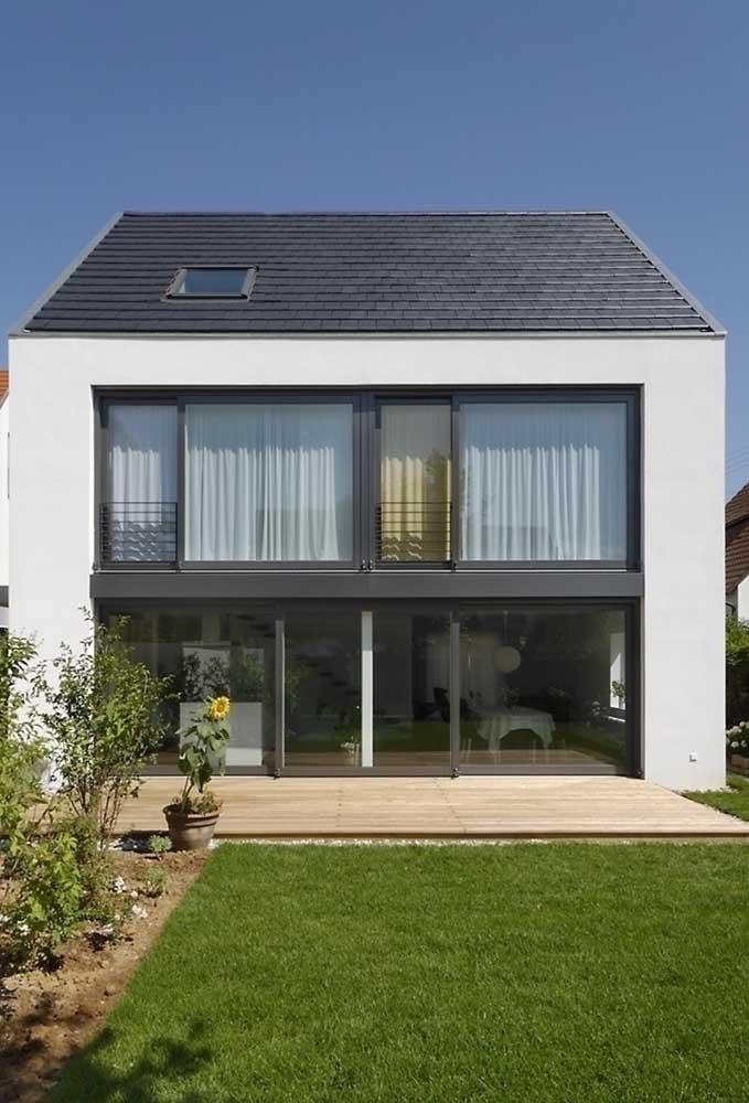 Já aqui, foi a casa moderna que se favoreceu com as telhas ecológicas pretas