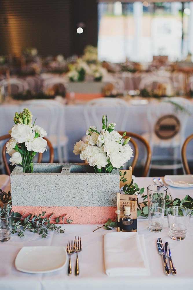 Centro de mesa para casamento: o bloco de concreto trouxe um ar moderno e despojado para o evento. As flores imprimem romance e delicadeza