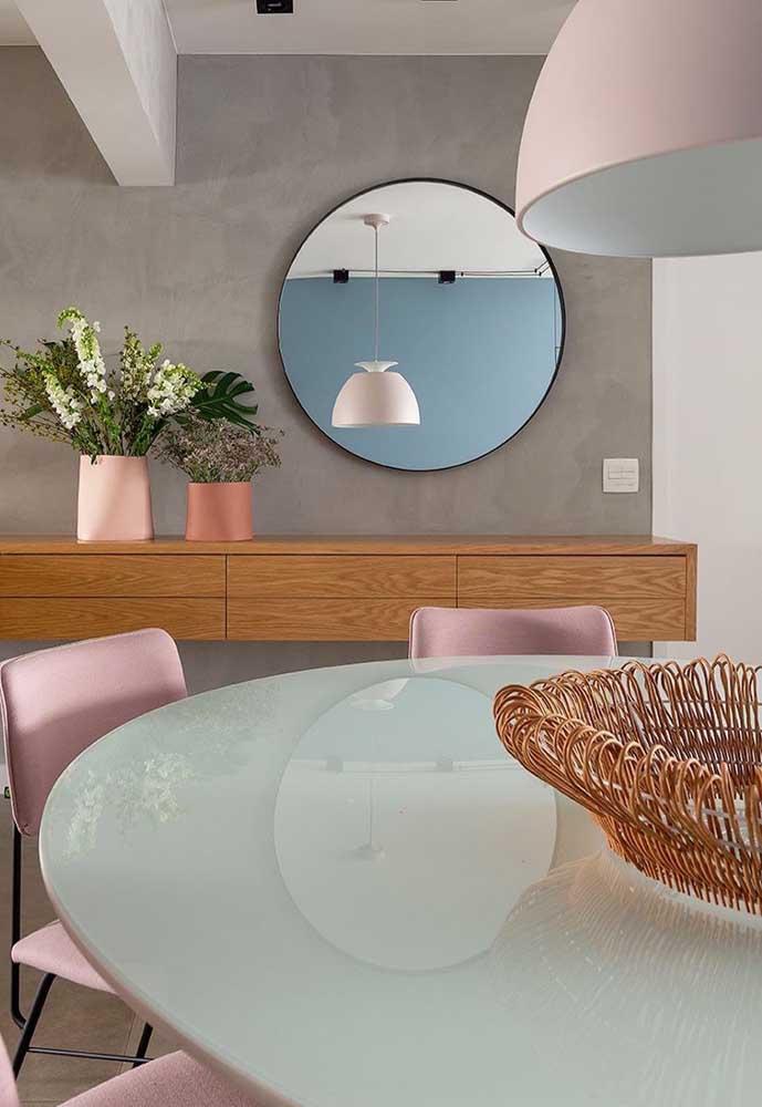 Nessa sala de jantar, o centro de mesa é um cesto de vime. Uma linda opção para quem deseja criar contraste na decoração