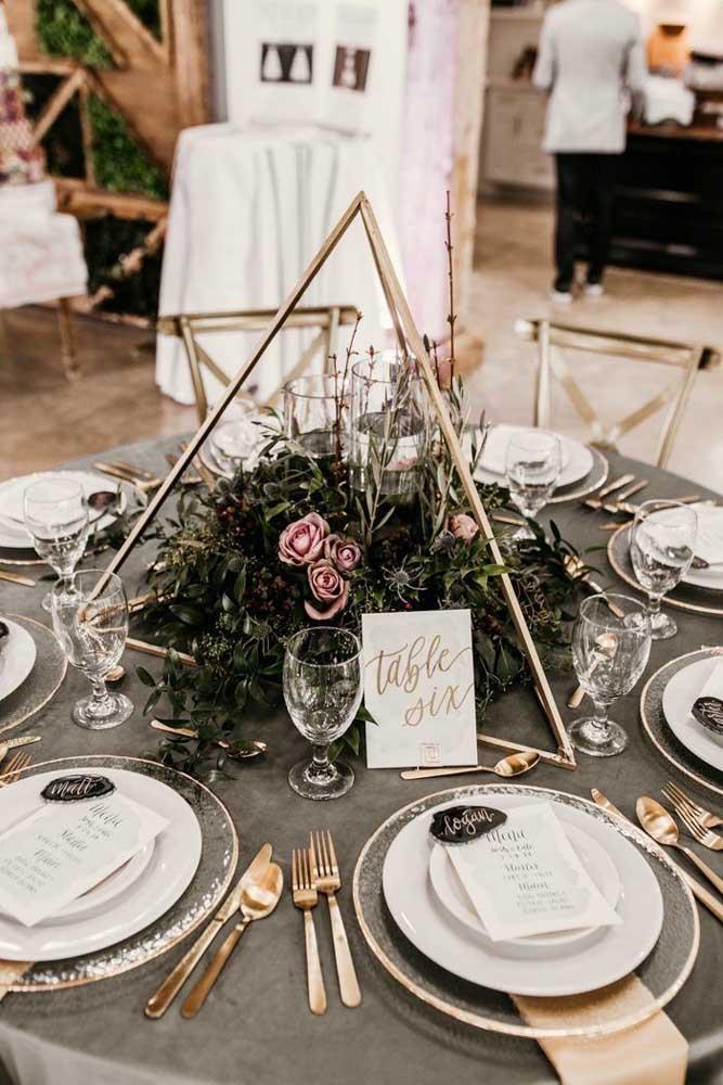 Centro de mesa para casamento: flores dentro do prisma