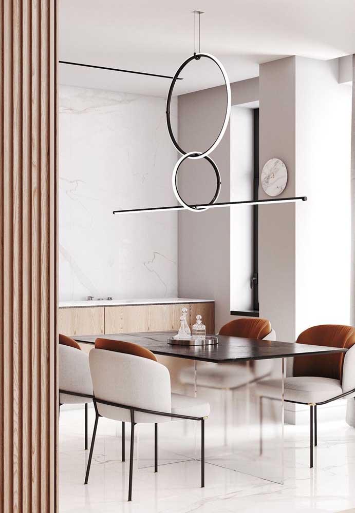 Nessa mesa de jantar, o centro de mesa são licoreiras elegantemente dispostas sobre a bandeja metálica