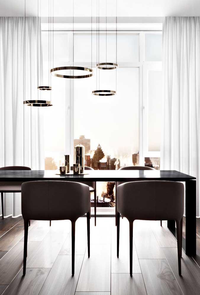 Centro de mesa dourado igual a luminária: uma combinação perfeita!