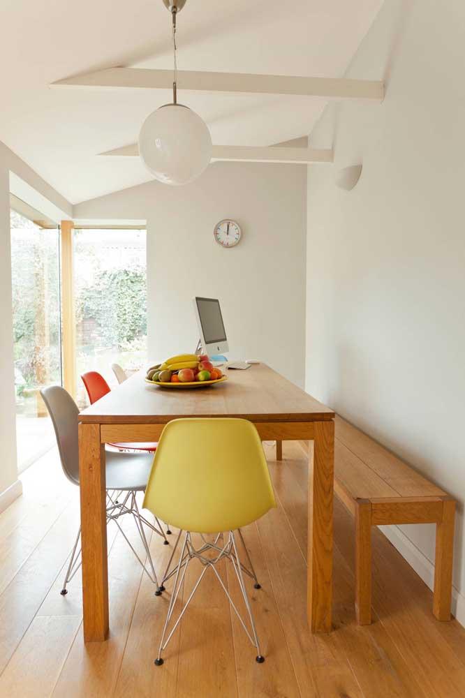 Simples assim: frutas no centro da mesa! Repare como o enfeite traz conforto e acolhimento para o local