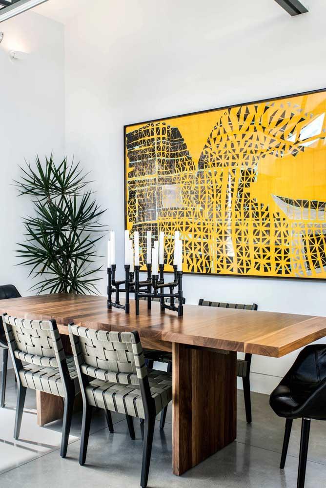 Candelabro no centro de mesa: um enfeite tradicional, mas que pode receber uma releitura moderna, como esse da imagem.