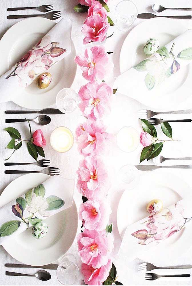 E se não tiver nenhum vaso ou outro recipiente, experimente fazer um cordão de flores e apoiá-lo diretamente sobre a mesa