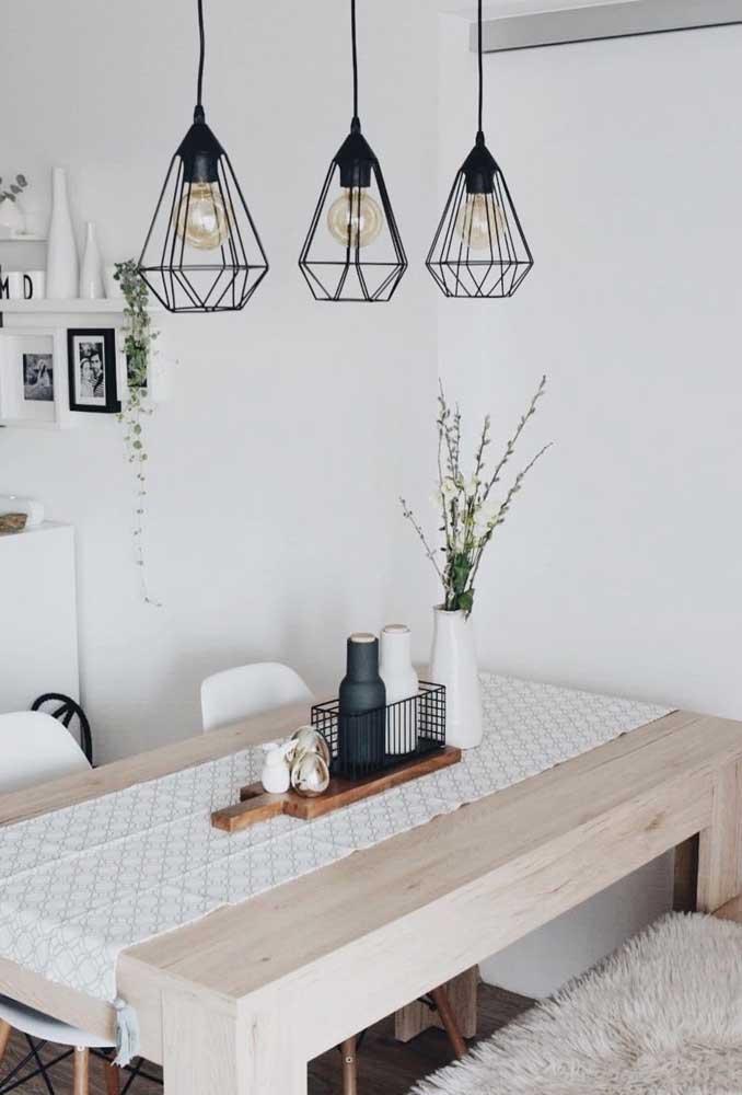 O típico centro de mesa com toalhinha e enfeite em cima, mas em uma versão mais despojada e moderna
