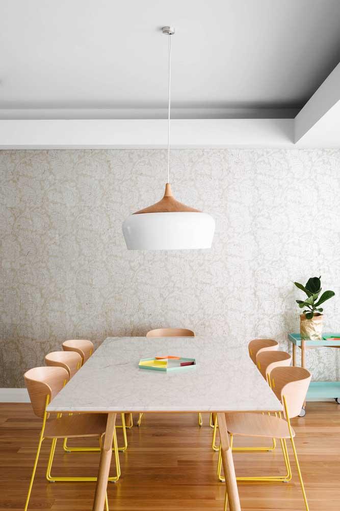 Centro de mesa colorido combinando com as cadeiras descontraídas da mesa de jantar
