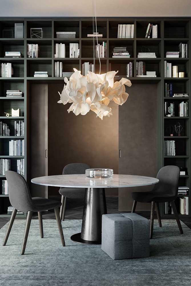 Essa sala de jantar sofisticada ganhou um centro de mesa de vidro simples e discreto
