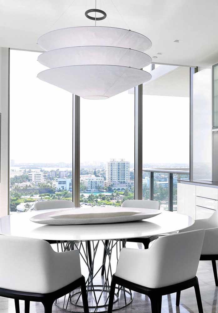 A sala de jantar moderna apostou em um centro de mesa de design simples, mas que não passa despercebido