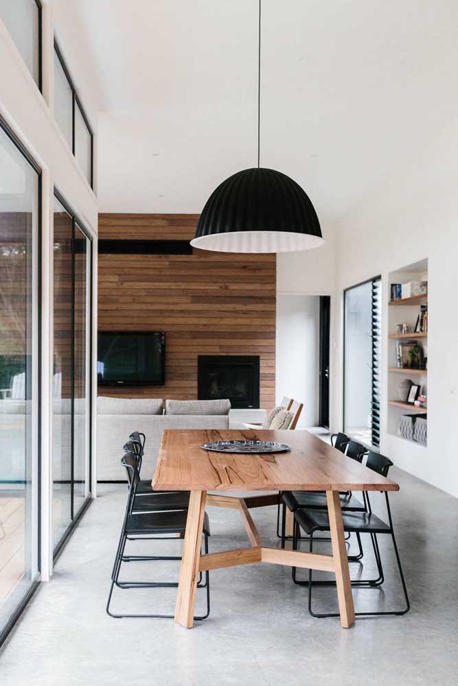 Para os minimalistas, uma bandeja é o suficiente para decorar o centro da mesa