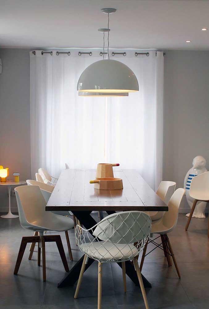 Panelas estilizadas foram a opção de centro de mesa nessa sala de jantar