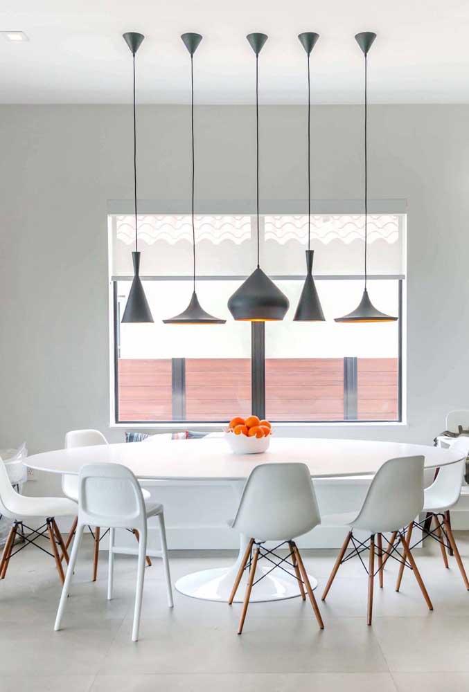 Aqui, a sala de jantar branca e clean ganhou cor e vida com o centro de mesa. Isso graças ao tom natural das frutas que o compõe