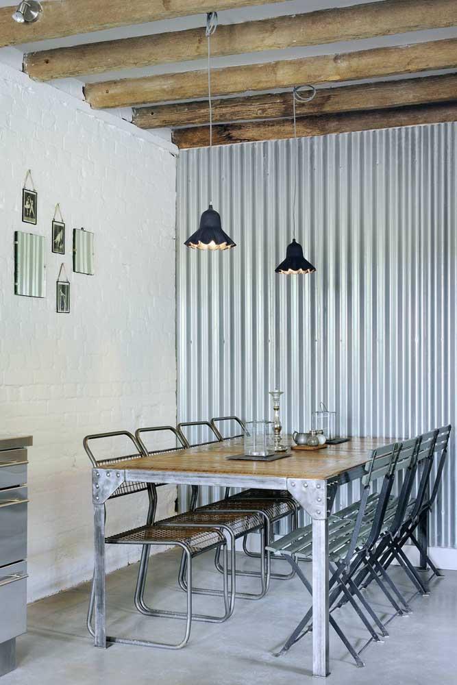Já essa sala de jantar cheia de personalidade apostou em objetos diversificados e muito bem garimpados para compor o centro de mesa