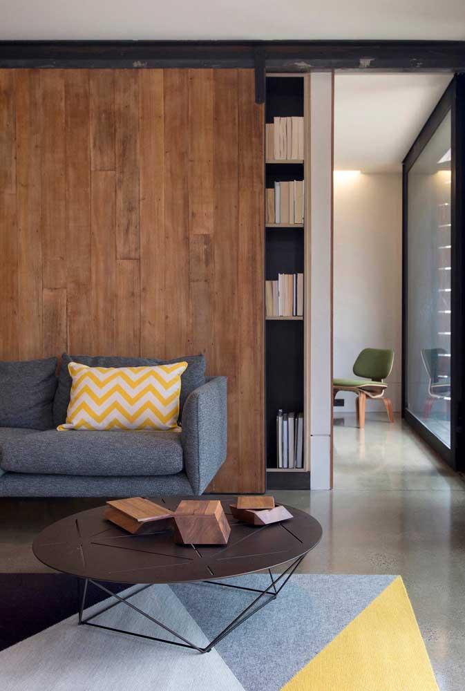 Peças de madeira formam um centro de mesa criativo e original