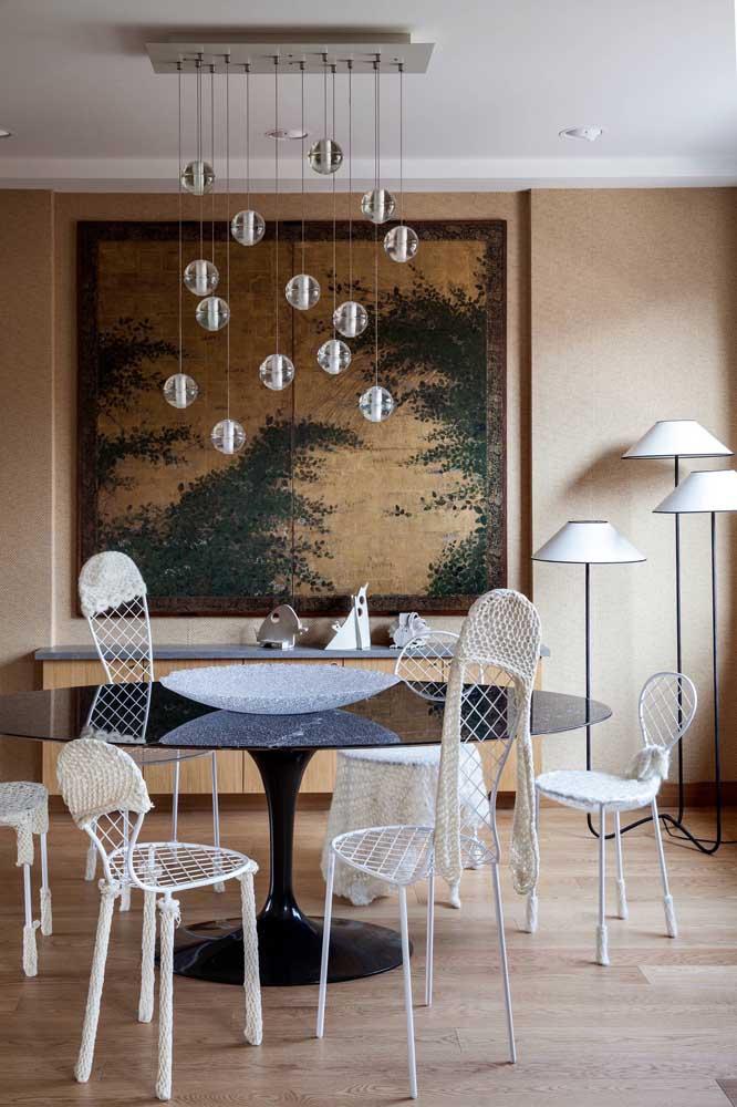 Bandejas, tigelas e recipientes vazios também são opções de centro de mesa que sempre funcionam