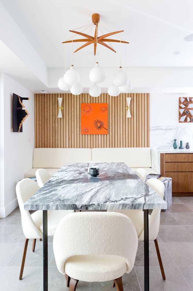 O tampo de mármore não precisa de muito, mas o pequeno centro de mesa trouxe um charme extra para o ambiente