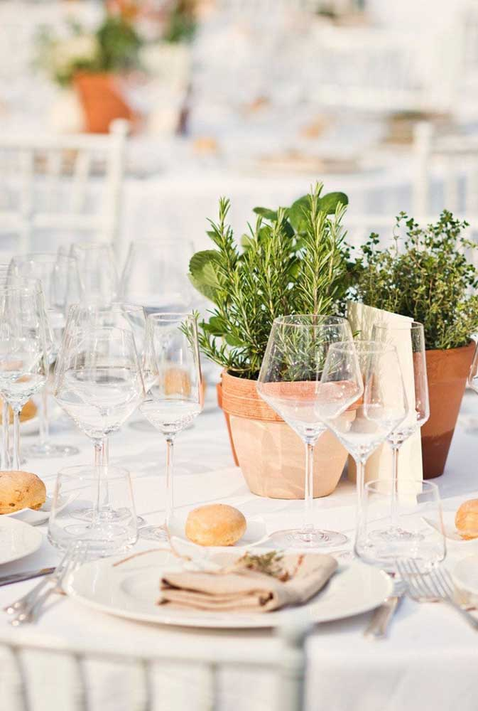 Nesse casamento foram usados vasos de ervas como centro de mesa: opção rústica e perfumada