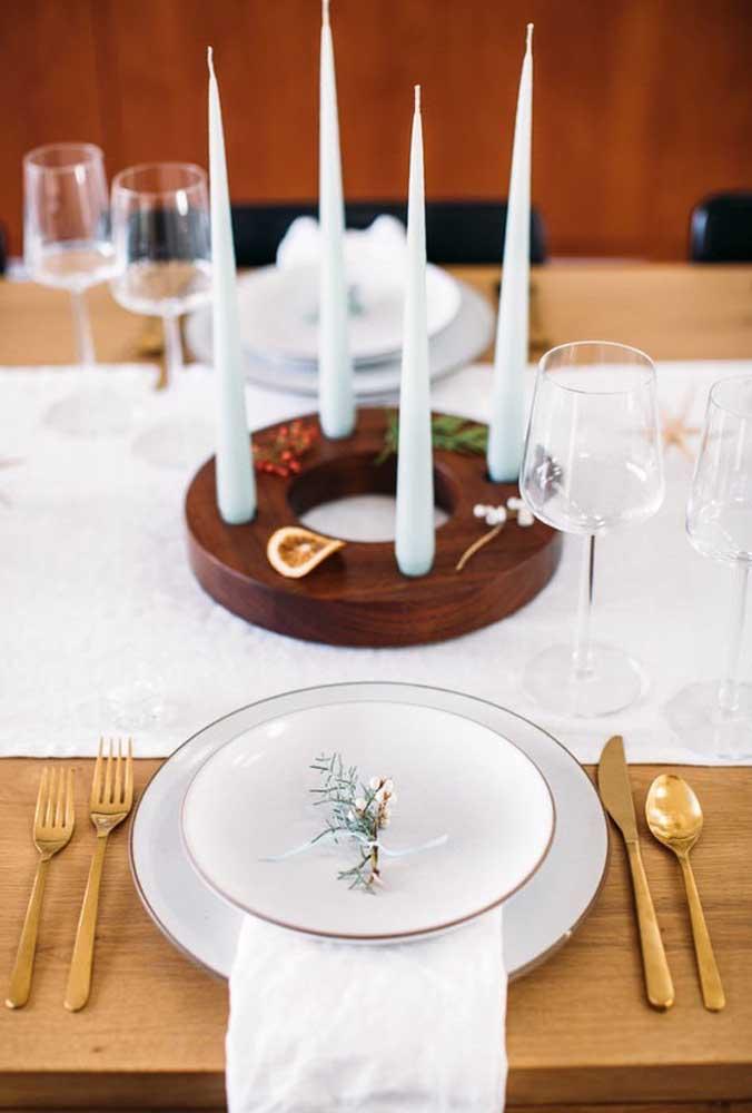 E para aquele jantar especial, coloque sobre o centro da mesa um candelabro ou castiçais