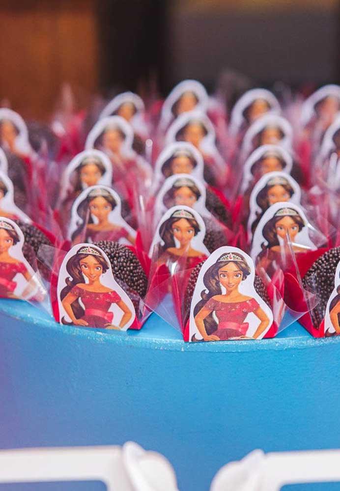 Decore as guloseimas da festa com a figura da princesa.