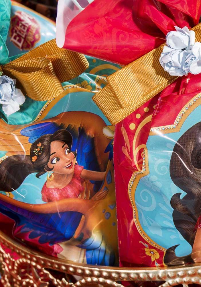 Coloque as lembrancinhas da festa em embalagens personalizadas de acordo com o tema.