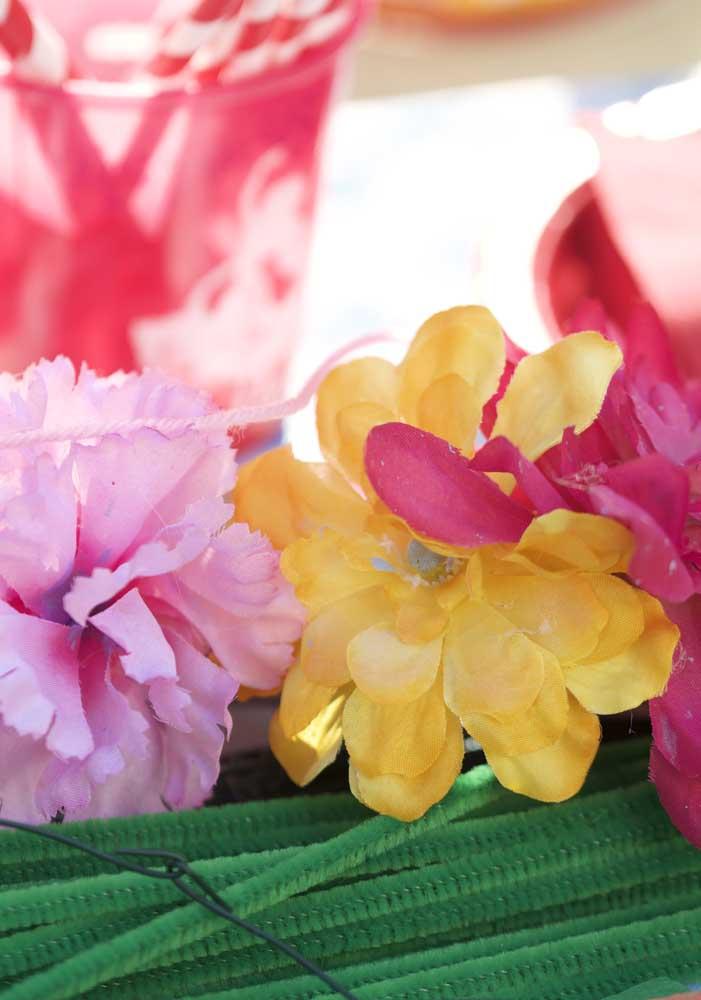 As flores coloridas não podem faltar na decoração do tema Elena de Avalor, já que é algo que faz parte do cenário da princesa.