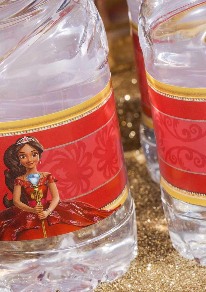 Faça rótulos personalizados para colocar na garrafa d'água.