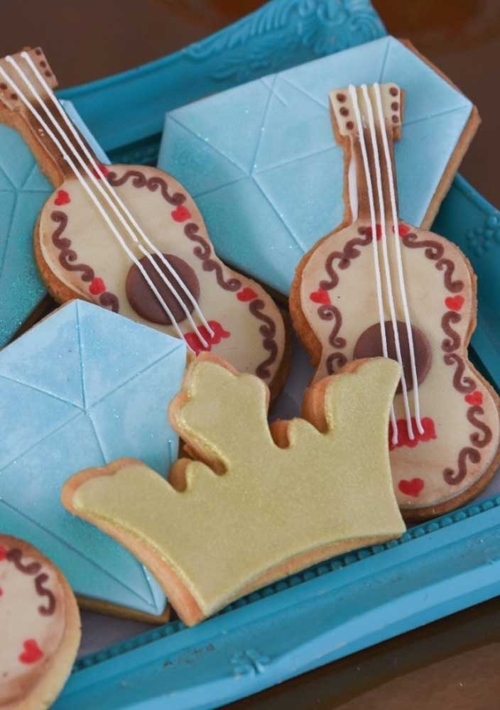 Sirva biscoitos cortados no formato de elementos decorativos.