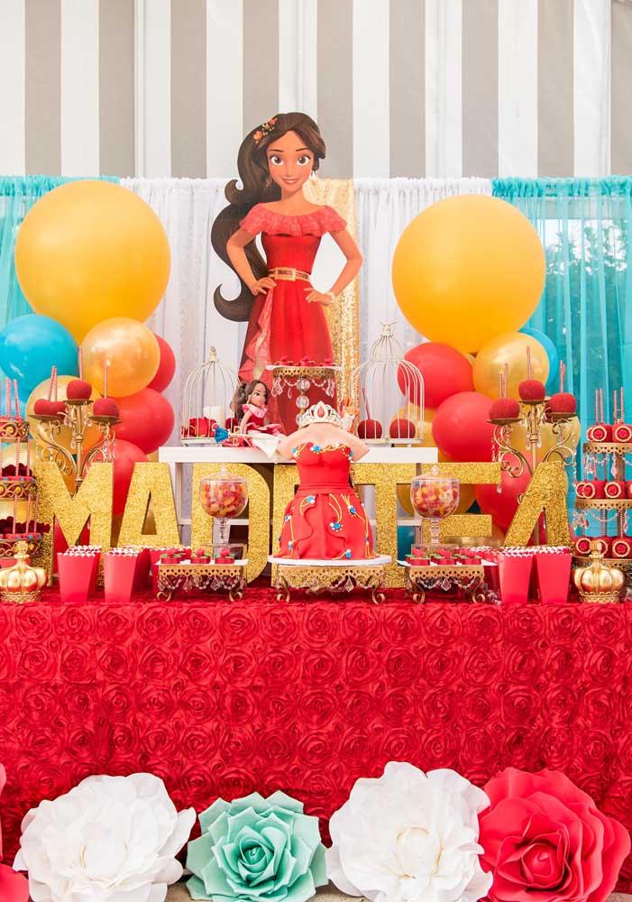 Prepare a mesa Elena de Avalor com todos os elementos decorativos.