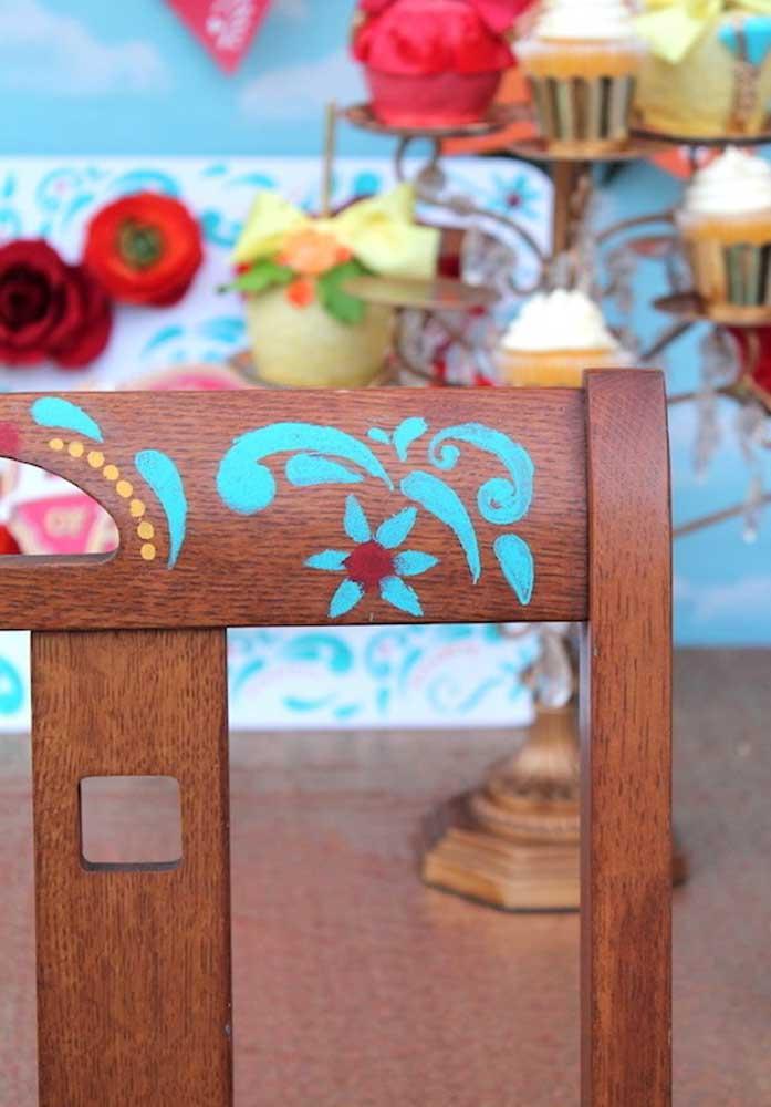 A cadeira pode ser decorada com pinturas feitas à mão.